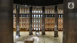 Penampakan bagian dalam  Masjid Istiqlal, Jakarta, Senin (22/2/2021). Di bagian dalam renovasi dimulai dari tempat wudhu, pemasangan 3500 lampu LED, dan kipas angin pada pilar serta Mihrab setinggi 17 meter dengan ornamen Asmaul Husna. (merdeka.com/Iqbal S Nugroho)