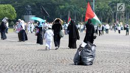 Peserta aksi berjalan meninggalkan halaman Monumen Nasional, Jakarta, Jumat (11/5). Ribuan umat muslim melakukan aksi menyoroti konflik Palestina dan Israel pada perebutan bangunan suci atau Baitul Maqdis di Yerusalem. (Liputan6.com/Helmi Fithriansyah)