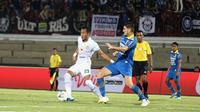Bek Persebaya Surabaya, Hansamu Yama, mengamankan bola dari bek Persib Bandung, Nick Kuipers, pada laga Liga 1 Indonesia di Stadion I Wayan Dipta, Bali, Jumat (18/10). Persib menang 4-1 atas Persebaya. (Bola.com/Aditya Wany)