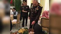 Jokowi menyajikan Nasi Liwet untuk disantap oleh Raja Salman di Istana Bogor.