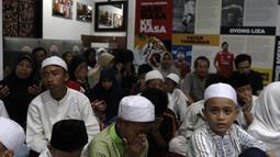 Sejumlah anak yatim doa bersama dengan sejumlah elemen Persija Jakarta saat acara syukuran di Kantor Persija, Jakarta. Acara ini merupakan peringatan hari jadi Persija ke-90. (Bola.com/Yoppy Renato)