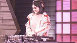Tak jarang DJ Kiam, sapaan Kiki Amalia ketika nge-DJ, menggunakan outifit kaos dan juga jaket. Tak lupa senyumnya yang manis membuatnya semakin cantik. (Liputan6.com/IG/@kikiamaliaworld)
