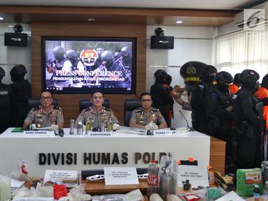 Kadiv Humas Polri Irjen Pol M. Iqbal (tengah) dalam jumpa pers terkait penangkapan terduga teroris di Jakarta, Jumat (17/5/2019). Irjen Iqbal mengatakan dari 29 yang diamankan pada bulan Mei, sebanyak 18 terduga teroris mempunyai tujuan beraksi pada 22 Mei mendatang. (Liputan6.com/Johan Tallo)