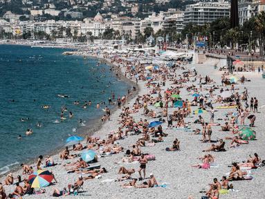 Orang-orang menikmati suasana di sebuah pantai yang ada di Nice, Prancis selatan, pada 22 Juli 2020. Banyak pengunjung memadati Nice selama liburan musim panas di tengah pandemi COVID-19. (Xinhua/Serge Haouzi)LIP