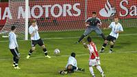 Argentina kebobolan pada menit terakhir oleh pemain Paraguay, Lucas Barrios.