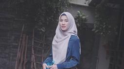 "Menggunakan hijab bewarna abu-abu yang senada dengan rok, tampilan casual pemain ""Inikah Rasanya"" ini terlihat modis. Tak lupa, Icha menambahkan bros di hijabnya.  (Liputan6.com/IG/ /ichasoebandono)"