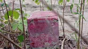 Patok beton yang dipasang di utara makam Desa Mirit Petikusan sebagai batas tanah yang diklaim TNI AD, Rabu (5/5/2021). (Foto: Liputan6.com/Rudal Afgani Dirgantara)