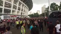 Belasan ribu personel keamanan berjaga di luar Stadion Utama Gelora Bung Karno menjelang laga Timnas Indonesia versus Islandia, Minggu (14/1/2018). (Bola.com/Muhammad Ivan Rida)