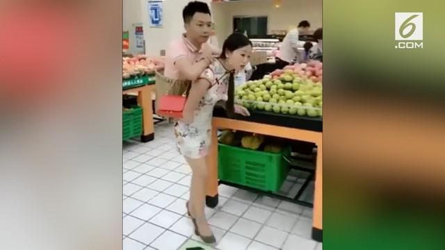 Beredar video seorang wanita yang menggendong sang kekasih kemana pun ia pergi. Ternyata ini dilakukan karena alasan khusus.