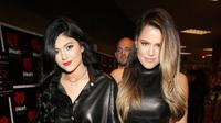 Kabar mengejutkan kembali datang dari keluarga Kardashian-Jenner. Setalh ramai menjadi perbincangan publik mengenai kehamilan Kylie Jenner, kini sang kakak, Khloe Kardashian juga diberitakan hamil. Benar kah? (AFP/Isaac Brekken)