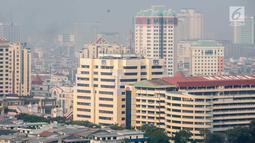 Penampakan polusi udara di langit Jakarta Utara, Senin (29/7/2019). Jakarta menempati peringkat teratas dengan kondisi udara tidak sehat pada pagi ini. (Liputan6.com/Faizal Fanani)