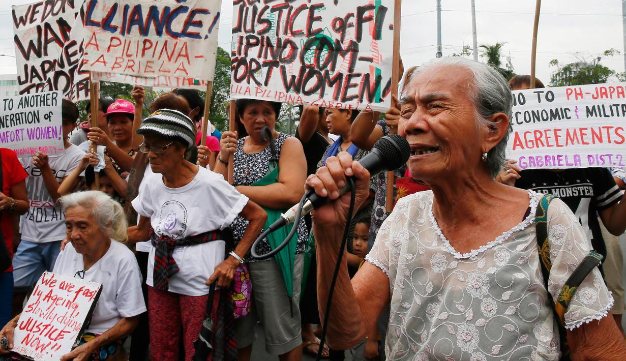Sejumlah wanita lanjut usia menggelar aksi di depan Kedutaan Jepang di Pasai, Filipina, Kamis (12/1). Para wanita tersebut adalah mantan budak seks tentara Jepang pada Perang Dunia II. (AP Photo/Bullit Marquez)