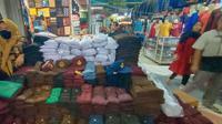 Pedagang seragam sekolah di Pasar Induk Rau (PIR) Kota Serang, Banten. (Yandhi/Liputan6.com)
