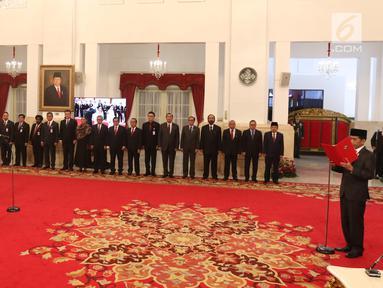 Presiden Joko Widodo (kanan) membacakan sumpah jabatan saat melantik Syamsuar-Edy Natar Nasution sebagai Gubernur dan Wakil Gubernur Riau periode 2019-2024 di Istana Negara, Jakarta, Rabu (20/2). (Liputan6.com/Angga Yuniar)