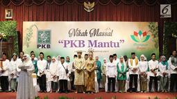 Sejumlah pasangan mengikuti rangkaian kegiatan nikah massal bertajuk PKB Mantu di Jakarta, Jumat (25/8). Sebanyak 103 pasangan turut ambil bagian pada nikah massal tersebut yang berasal dari lima wilayah di Jakarta. (Liputan6.com/Immanuel Antonius)