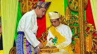 Ustadz Abdul Somad ketika menerima gelar Datuk Seri Ulama Setia Negara dari Lembaga Ada Melayu Riau. (Liputan6.com/Dok LAM/M Syukur)