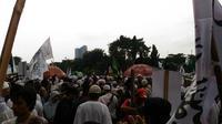 Massa aksi 5 Mei mulai meninggalkan Masjid Istiqlal, Jakarta Pusat, Jumat (5/5/2017). (Liputan6.com/Nanda Perdana Putra)