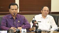 Sekretaris Daerah Pemerintah Provinsi Bali, Dewa Made Indra mengumumkan satu pasien meninggal karena virus corona. (Liputan6.com/Dewi Divianta)