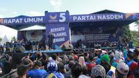 Anggota DPR RI, Prananda Surya Paloh memberi sambutan saat Kampanye Rapat Umum Partai Nasdem di Gorontalo, Minggu (24/3). Kampanye terbuka perdana  Partai Nasdem ini diikuti oleh ribuan kader dan simpatisan partai Nasdem Provinsi Gorontalo. (Liputan6.com/Arfandi Ibrahim)
