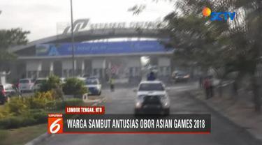 Warga memadati pinggir jalan yang dilalui rombongan estafet obor api Asian Games 2018.
