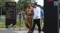 Presiden Jokowi didampingi Gubernur DKI Anies Baswedan saat meninjau wisma atlet di Kemayoran, Senin (26/2). Peninjauan tersebut dilakukan untuk melihat persiapan wisma untuk menampung para atlet Asian Games 2018. (Liputan6.com/Angga Yuniar)