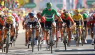 Pebalap sepeda Slovakia Peter Sagan (tengah) melakukan selebrasi saat melintasi garis finish pada etape kelima Tour de France di Colmar, Prancis, Rabu (10/7/2019). Peter Sagan menjuarai etape kelima Tour de France setelah melewati rute sepanjang 175,5 Km dari Saint-Dié-des-Vosges ke Colmar. (AP Phot