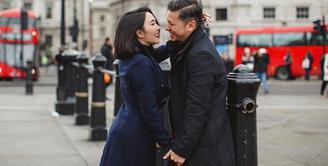 Pasangan suami istri Gading Marten dan Gisella Anastasia baru saja menikmati liburannya ke London. Tidak membawa Gempita Nora Marten, anak perempuannya, pasangan ini mengaku bukan untuk bulan madu ke-2. (Instagram/gisel_la)