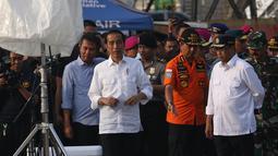 Presiden Joko Widodo bersiap memberi keterangan terkait jatuhnya Lion Air JT 610 di posko evakuasi di JICT 2, Tanjung Priok, Jakarta, Jumat (2/11). Jokowi melihat perkembangan hasil pencarian pesawat Lion Air JT 610. (Liputan6.com/Angga Yuniar)