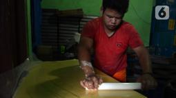 Pekerja membuat adonan kue kering di usaha pembuatan kue Pusaka Kwitang di kawasan Kwitang, Jakarta Pusat, Selasa (27/4/2021). Pada masa pandemi COVID-19, usaha milik Hasanudin ini masih memenuhi stok walau tidak banyak permintaan dari para agen. (merdeka.com/Imam Buhori)