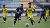 Penyerang Persib Bandung Ferdinand Sinaga berduel dengan pemain tim Pra PON Jabar di Stadion Gelora Bandung Lautan Api, Sabtu (13/3/2021). (Foto: MO Persib)