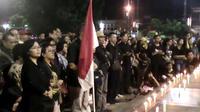 Lilin keprihatinan dan seruan damai masyarakat lintas iman Banyumas untuk Indonesia atas tragedi kemanusiaan yang telah terjadi. (Foto: Liputan6.com/Muhamad Ridlo)