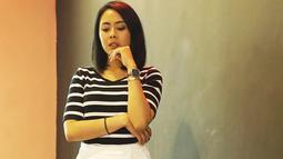 Bisa jadi inspirais bagi anak muda lainnya yang tak mau ribet, gaya Nabila pakai kaos garis-garis dengan celana kain putih ini bisa ditiru. Gayany ayang simpel, cocok banget untuk hangout. (Liputan6.com/IG/@fastynabila)