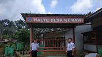 Petugas mempersiapkan halte bus sekolah yang akan dioperasikan di Kecamatan Somagede. (Foto: Liputan6.com/Humas Pemkab BMS/Muhamad Ridlo)