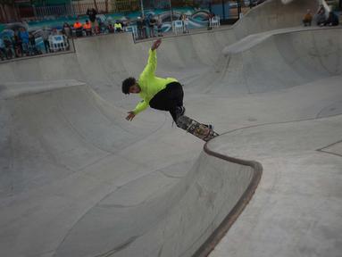 Pemain skateboard AS, Jordan Norwood melakukan aksinya di trek saat bersaing dalam Kejuaraan Skateboard Malaga Natural Bowl Riders II di Malaga, Spanyol (17/12).  (AFP Photo/Jorge Guerrero)