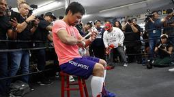 Petinju Manny Pacquiao bersiap untuk berlatih di sebuah klub tinju di Los Angeles, AS, Rabu (9/1). Juara kelas welter WBA tersebut mengaku fokus untuk mempertahankan gelarnya saat melawan Adrien Broner. (AP Photo/Damian Dovarganes)