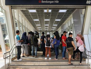 Penumpang tak bisa masuk Stasiun MTR Bendungan Hilir lantaran sedang terjadi pamadaman listrik di wilayah Jabodetabek, Jakarta, Minggu (4/8/2019). Pemadaman listrik mengakibatkan layanan MRT berhenti dan lumpuh total. (Liputan6.com/JohanTallo)