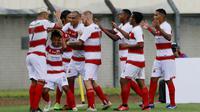 Para pemain Madura United merayakan gol penyeimbang 1-1 ke gawang PSS Sleman yang dicetak striker Mochamad Kevy (bawah) dalam laga Grup C Piala Menpora 2021 di Stadion Si Jalak Harupat, Bandung, Selasa (23/3/2021). Madura United menang 2-1 atas PSS Sleman. (Bola.com/M Iqbal Ichsan)
