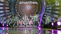 "Penyanyi Rossa menghibur penonton pada Konser ""Smartfren Wow"" di Istora Senayan, Jakarta, Jumat (20/9/2019). Tak sendiri, Rossa yang mengenakan kostum silver menyala pun ditemani para dancer di atas panggung. (Liputan6.com/Herman Zakharia)"