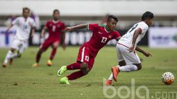 Pemain Timnas Indonesia U-22 Febri Haryadi menghadang laju pemain Myanmar pada laga uji coba di Stadion Pakansari, Selasa (21/3/2017). Indonesia sementara bermain imbang 1-1. (Bola.com/Vitalis Yogi Trisna)