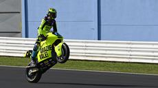 Pembalap Pertamina Mandalika asal Swiss, Thomas Luthi memamerkan tunggangannya yang bertuliskan Grazie Vale saat ajang Moto2 Emilia Romagna yang digelar di Sirkuit Misano, Italia, Minggu (24/10/2021). (AFP/Andreas Solaro)