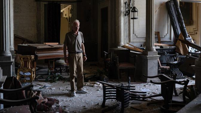 Roderick Sursock berdiri di dalam ruangan Istana Sursock yang rusak berat pascaledakan di Beirut, 7 Agustus 2020. Istana berusia 150 tahun itu telah bertahan dalam dua perang dunia, jatuhnya Kekaisaran Ottoman, mandat Prancis dan kemerdekaan Lebanon. (AP Photo/Felipe Dana)