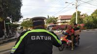 Polisi mengimbau warga Palu untuk mematuhi peraturan lalu lintas menyusul aktivitas masyarakat yang kembali normal. (Liputan6.com/Ady Anugrahadi)