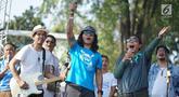 Duet Menteri Susi Pudjiastuti dengan Personel Slank, Kaka dan Ridho dalam pawai Bebas Sampah Plastik di Taman Aspirasi Monas, Jakarta, Minggu (21/7/2019). Pawai mengajak masyarakat untuk menolak penggunaan plastik sekali pakai karena sudah mengancam lingkungan. (Liputan6.com/Immanuel Antonius)