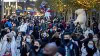 Orang-orang melewati zona pejalan kaki utama di Frankfurt, Jerman, Senin (14/12/2020). Mulai 16 Desember 2020, hampir sebagian besar toko-toko di Jerman tidak boleh beroperasi sampai 10 Januari 2021 menyusul pengetatan aturan untuk mengendalikan penyebaran virus corona. (AP Photo/Michael Probst)