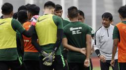 Pelatih Timnas Indonesia U-22, Indra Sjafri, memberikan arahan kepada pemainnya saat latihan di Stadion Madya Senayan, Jakarta, Selasa (29/1). Latihan ini merupakan persiapan jelang Piala AFF U-22. (Bola.com/Yoppy Renato)