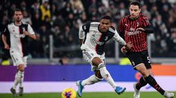 Gelandang Juventus, Douglas Costa, berusaha melewati gelandang AC Milan, Giacomo Bonaventura, pada laga Serie A Italia di Stadion Allianz, Turin, Minggu (10/11). Juventus menang 1-0 atas Milan. (AFP/Marco Bertorello)