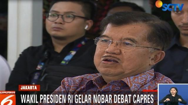 Sejak awal jalannya debat, JK tampak serius menonton sambil sesekali berbincang dengan Ketua Tim Ahli Wapres, Sofjan Wanandi.