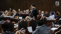 Ketua Tim Hukum Joko Widodo-Ma'ruf Amin, Yusril Ihza Mahendra memberi keterangan dalam sidang sengketa Pilpres 2019 di Gedung MK, Jakarta, Selasa (18/6/2019). Menurut Tim Jokowi, gugatan kubu Prabowo hanya berdasarkan asumsi tanpa dalil dan bukti-bukti yang kuat. (Liputan6.com/Faizal Fanani)