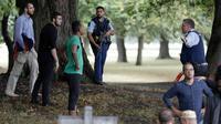 Polisi mengevakuasi warga saat terjadi insiden penembakan di Masjid Al Noor, Christchurch, Selandia Baru, Jumat (15/3). Polisi Kota Christchurch langsung dikerahkan ke sekitar lokasi penembakan. (AP Photo/Mark Baker)