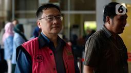 Komisaris PT Hanson International Tbk (MYRX), Benny Tjokrosaputro tiba di Gedung KPK untuk menjalani pemeriksaan oleh penyidik Kejaksaan Agung di Jakarta, Selasa (18/02/2020).  Benny diperiksa sebagai tersangka terkait kasus dugaan korupsi di PT Asuransi Jiwasraya (Persero). (merdeka.com/Dwi Narwoko